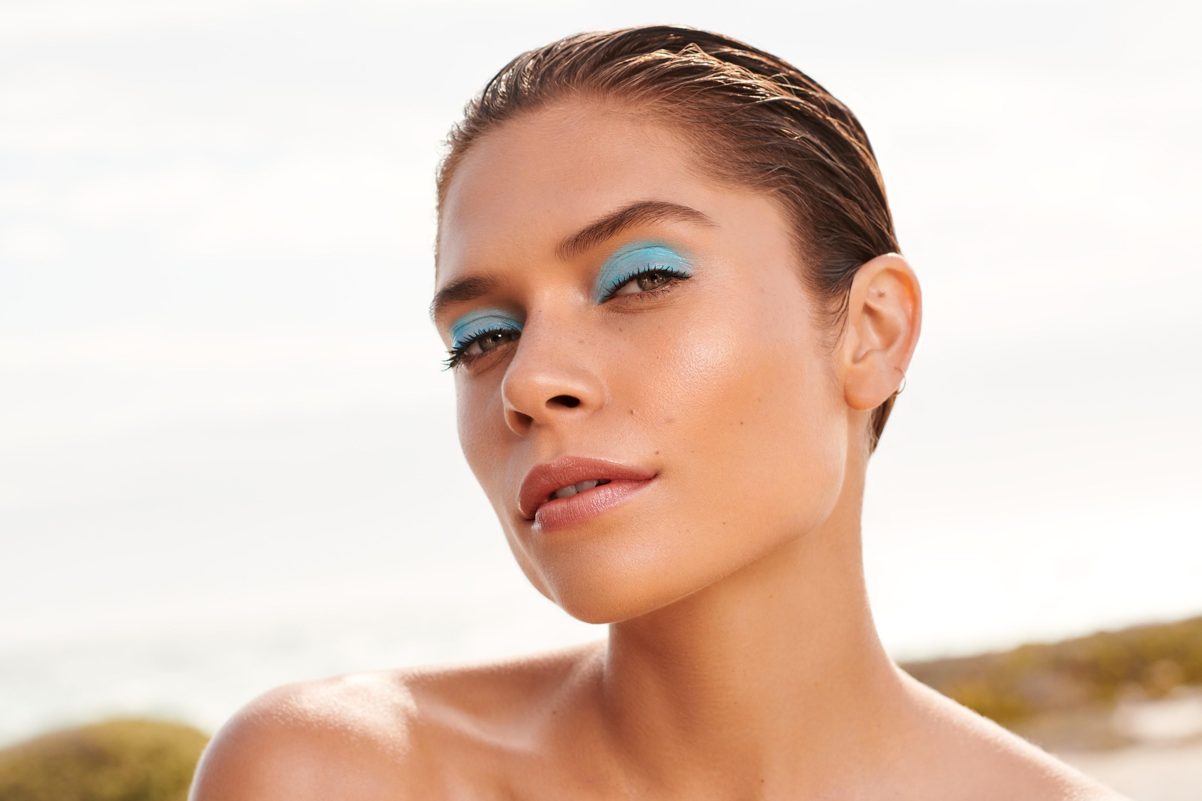 Crosscategory-beautyvisual-woman-blue-eyeshadow-062022-Web-Rendition