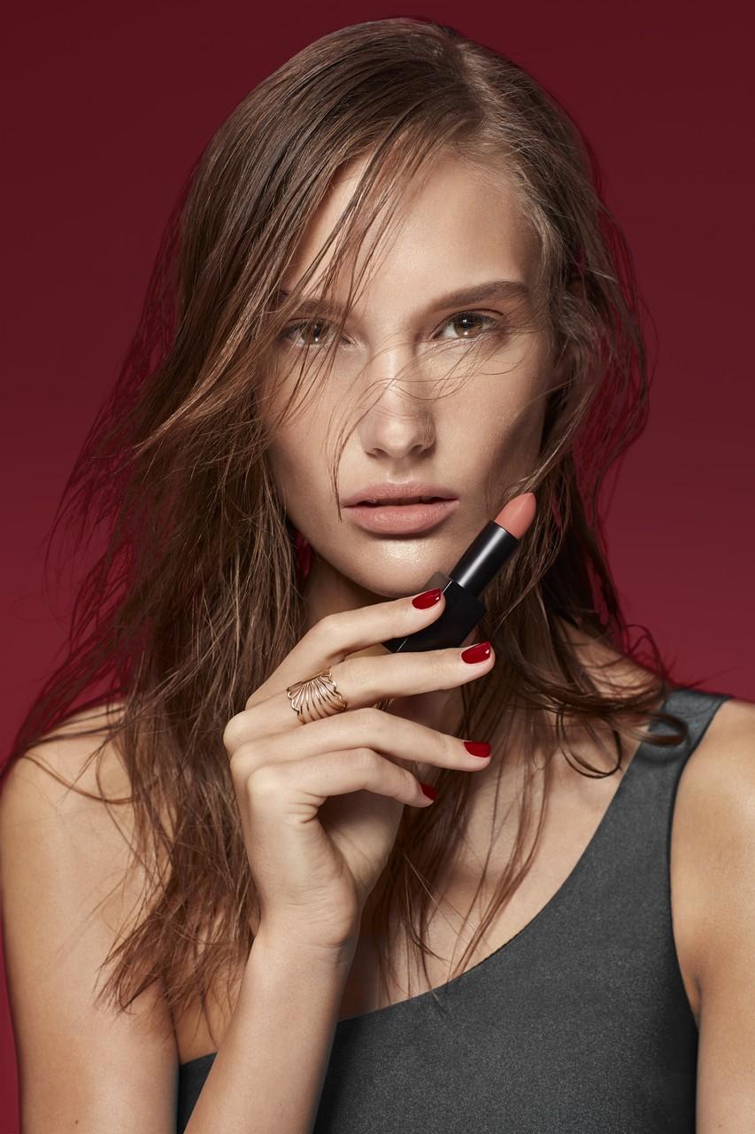 Makeup-application-wetlook-pink-nude-lipstick-0322-1280-x-1280