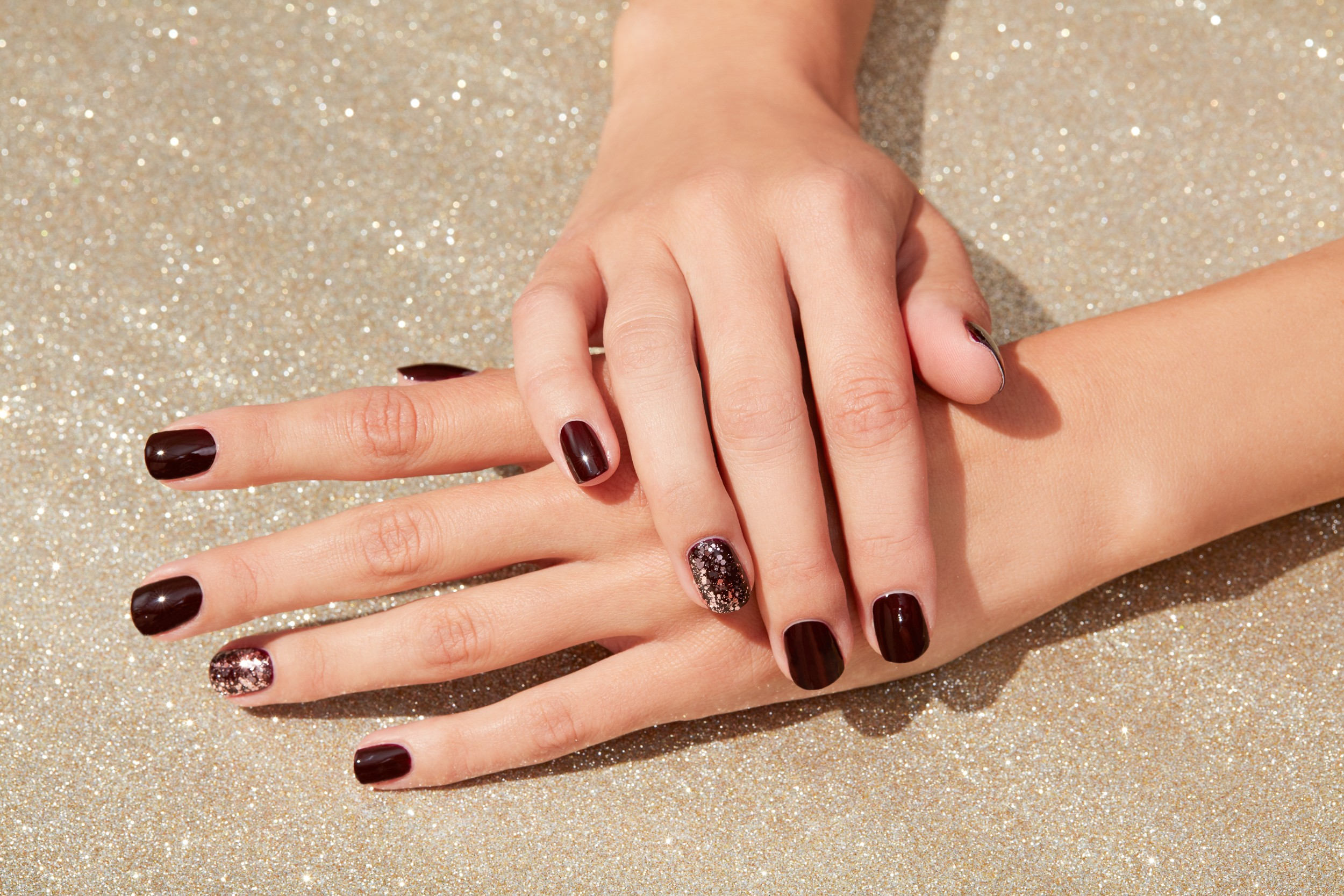 Nailcare-application-naildesign-hand-glitter-nailpolish-v2-unlimited-Web-Rendition