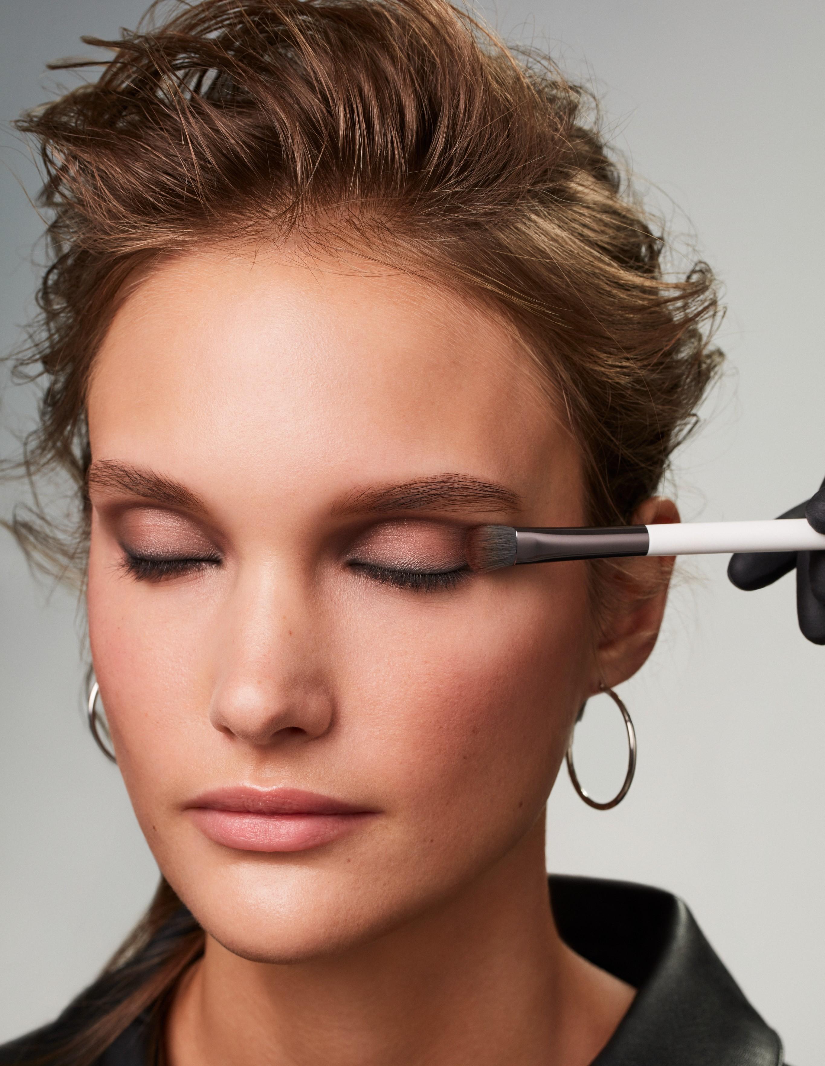 Makeup-application-3-smokey-eyes-062023-Web-Rendition
