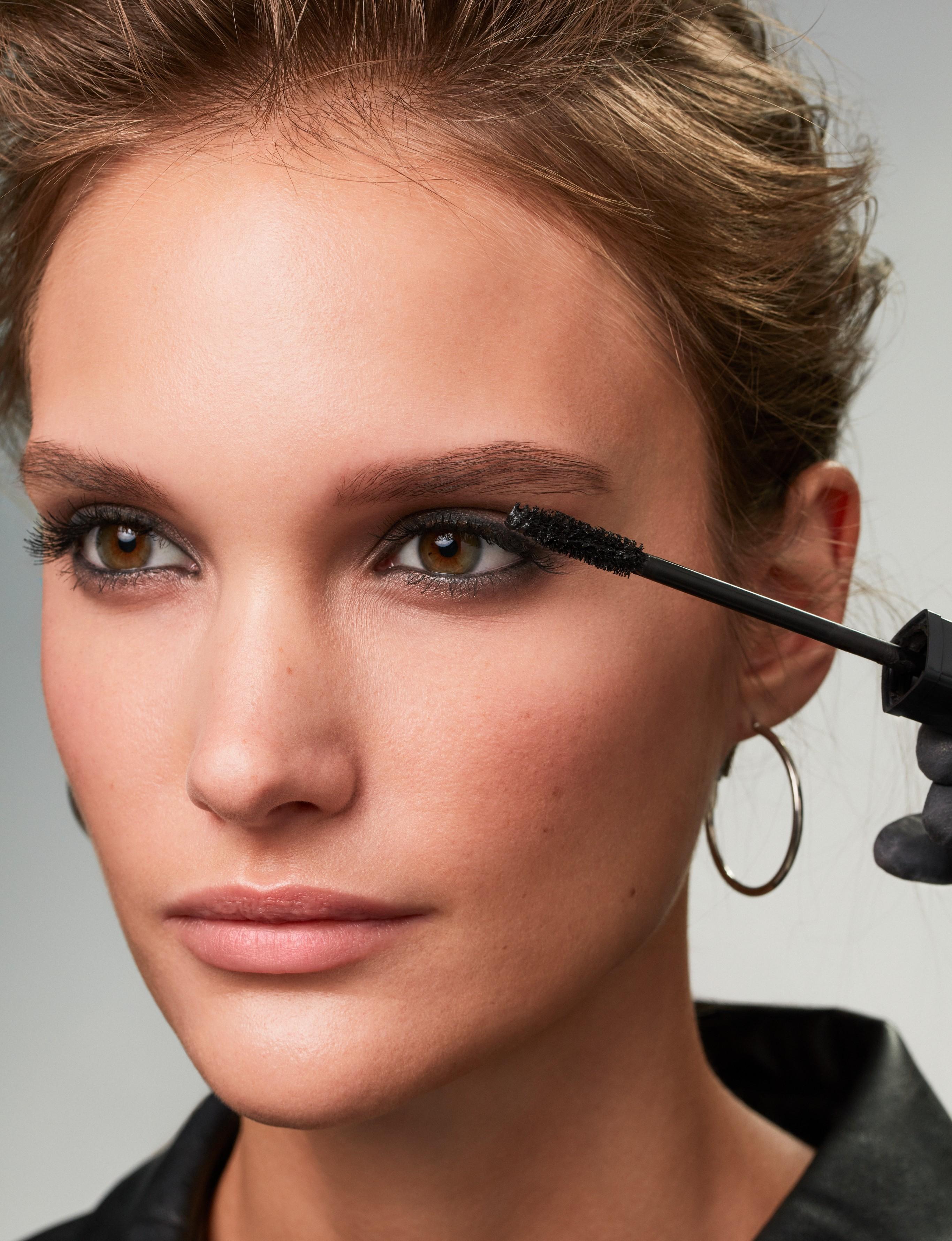 Makeup-application-5-smokey-eyes-062023-Web-Rendition