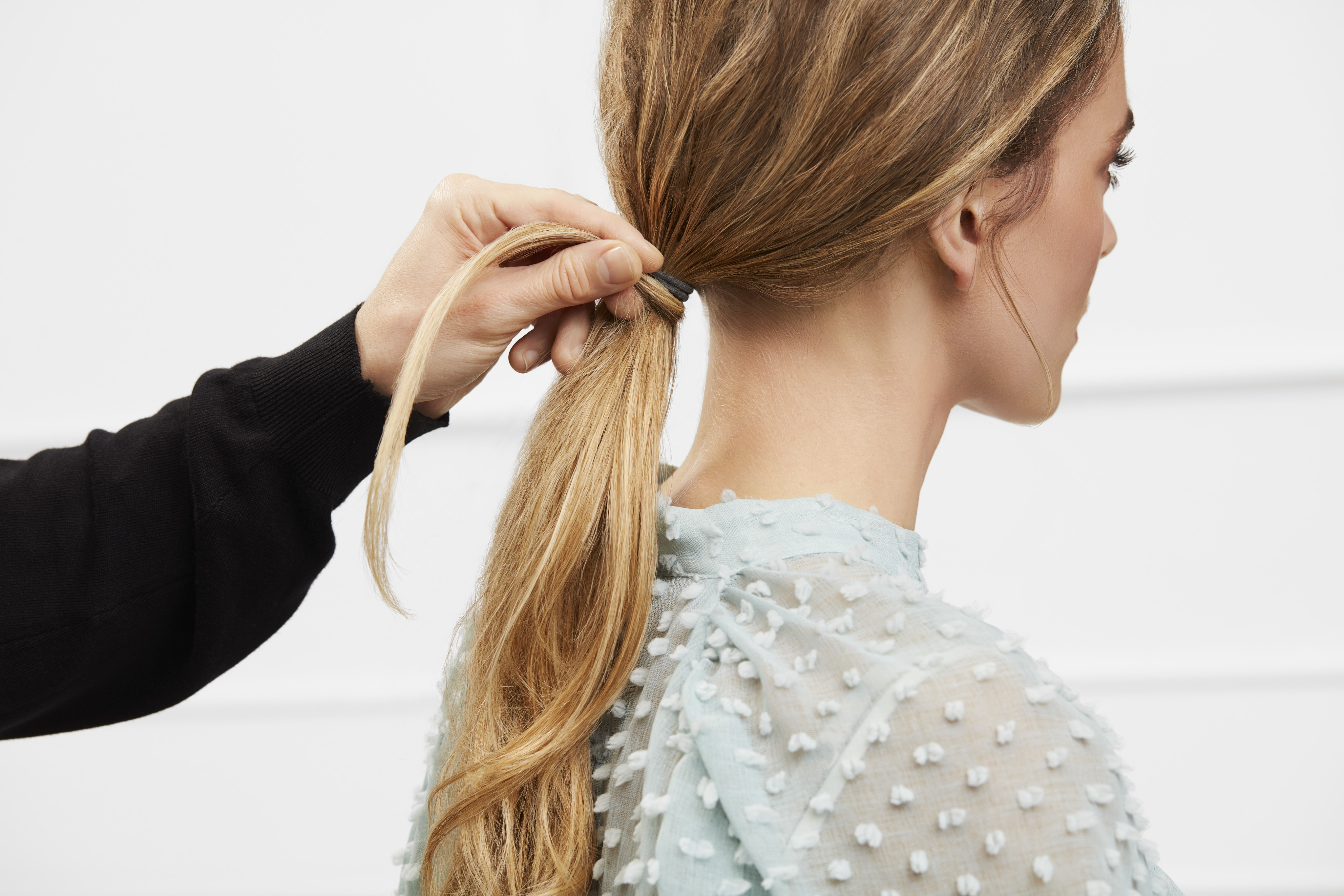 Haircare-application-low-messy-ponytail-look-tutorial-step-3-122021-Web-Rendition