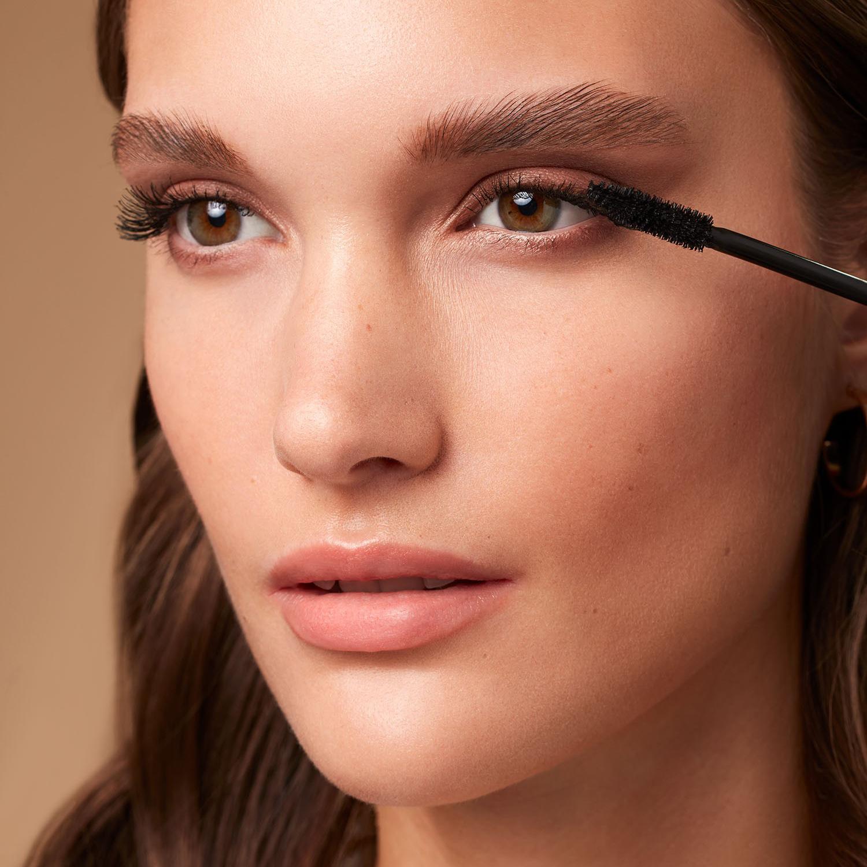 Makeup-application-foxy-eyes-5-052023-Web-RenditionHKjsx5SWyHE1a