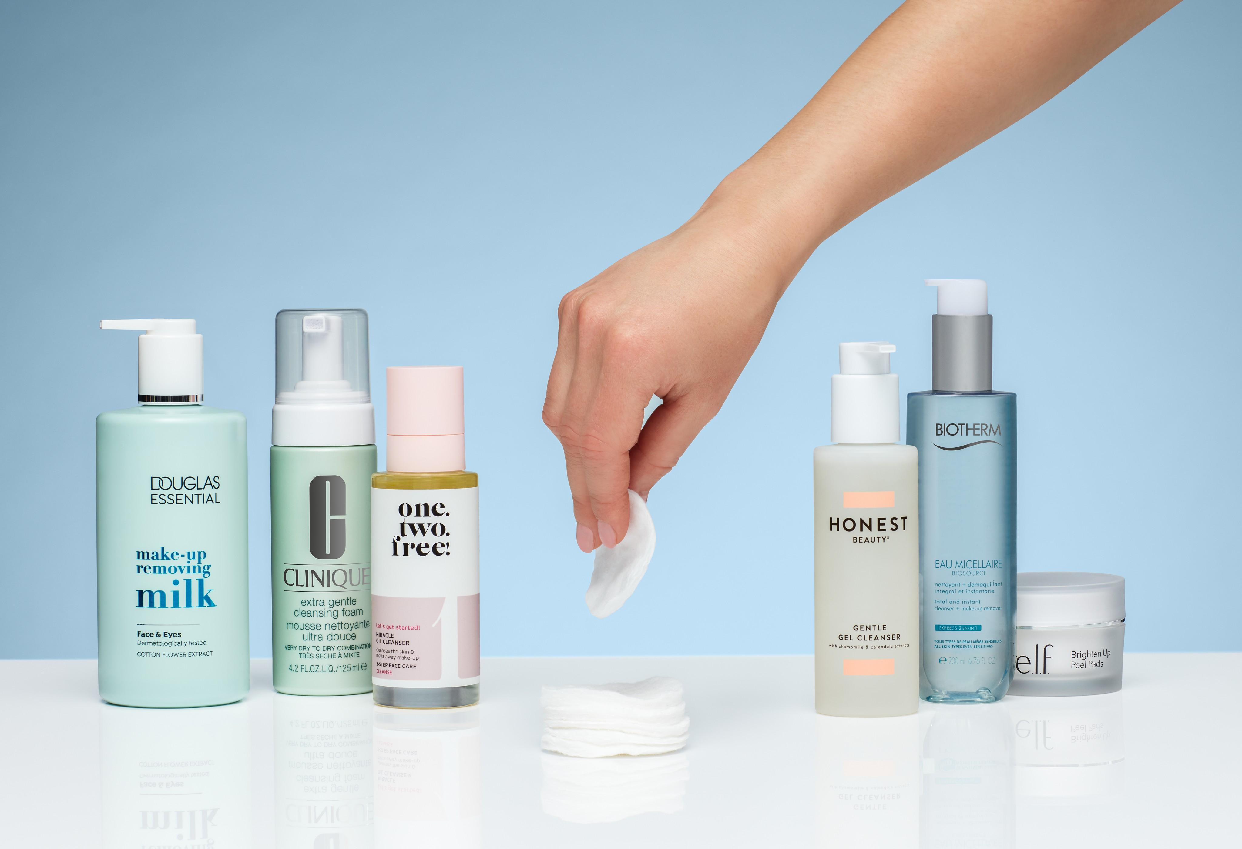 Skincare-product-Hand-cottonpad-dc-clinique-onetwofree-honest-unlimited-Web-Rendition
