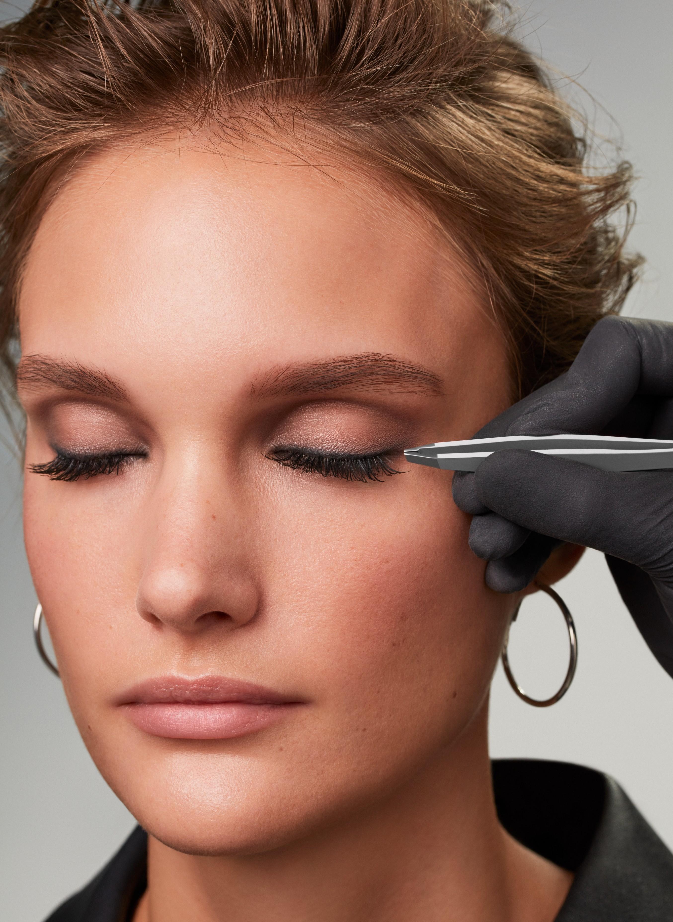 Makeup-application-4-smokey-eyes-062023-Web-Rendition