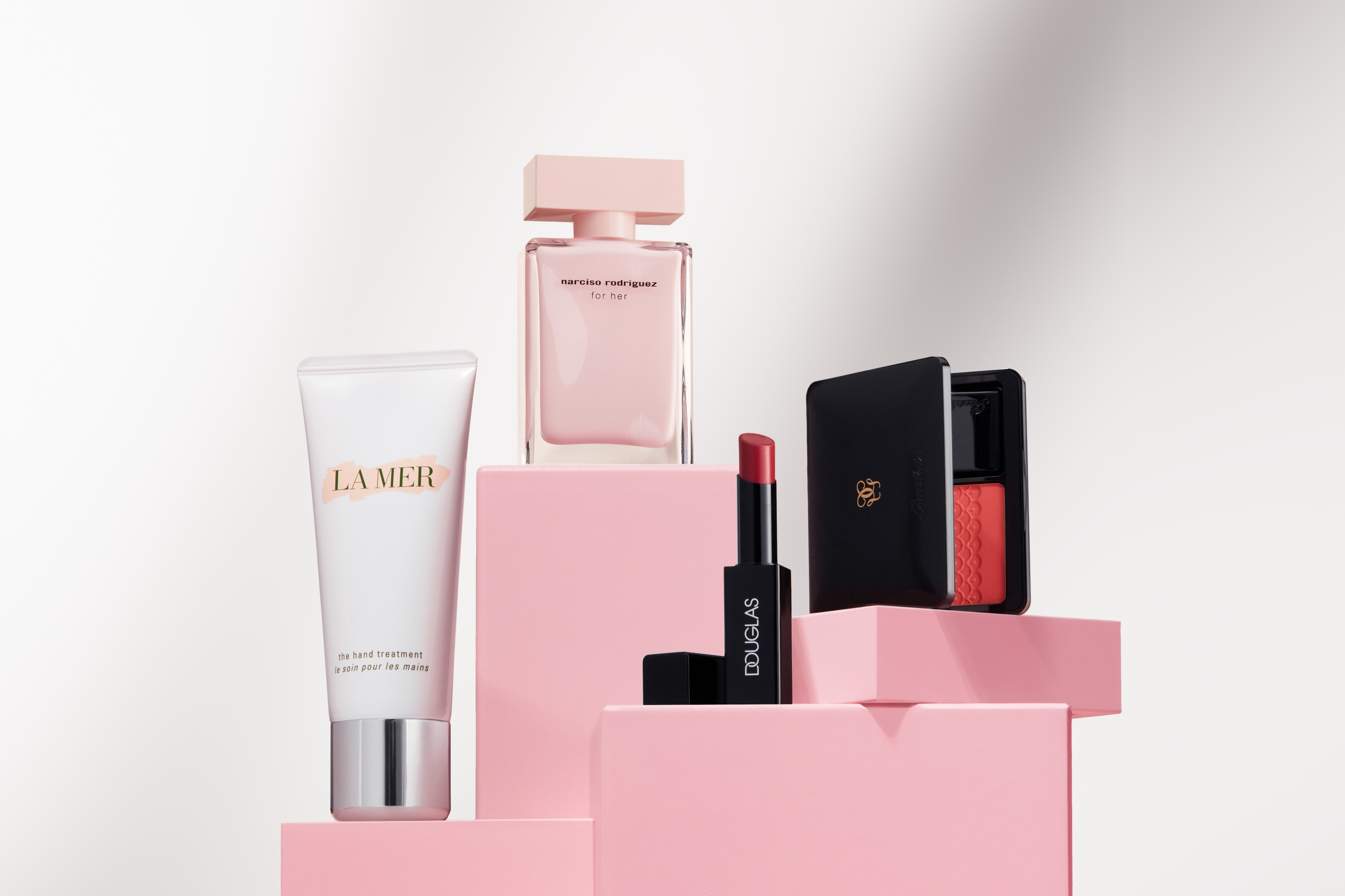 Crosscategory-product-narciso-lamer-dc-guerlain-pink-cubes-white-room-horizontal-unlimited-Web-Rendition