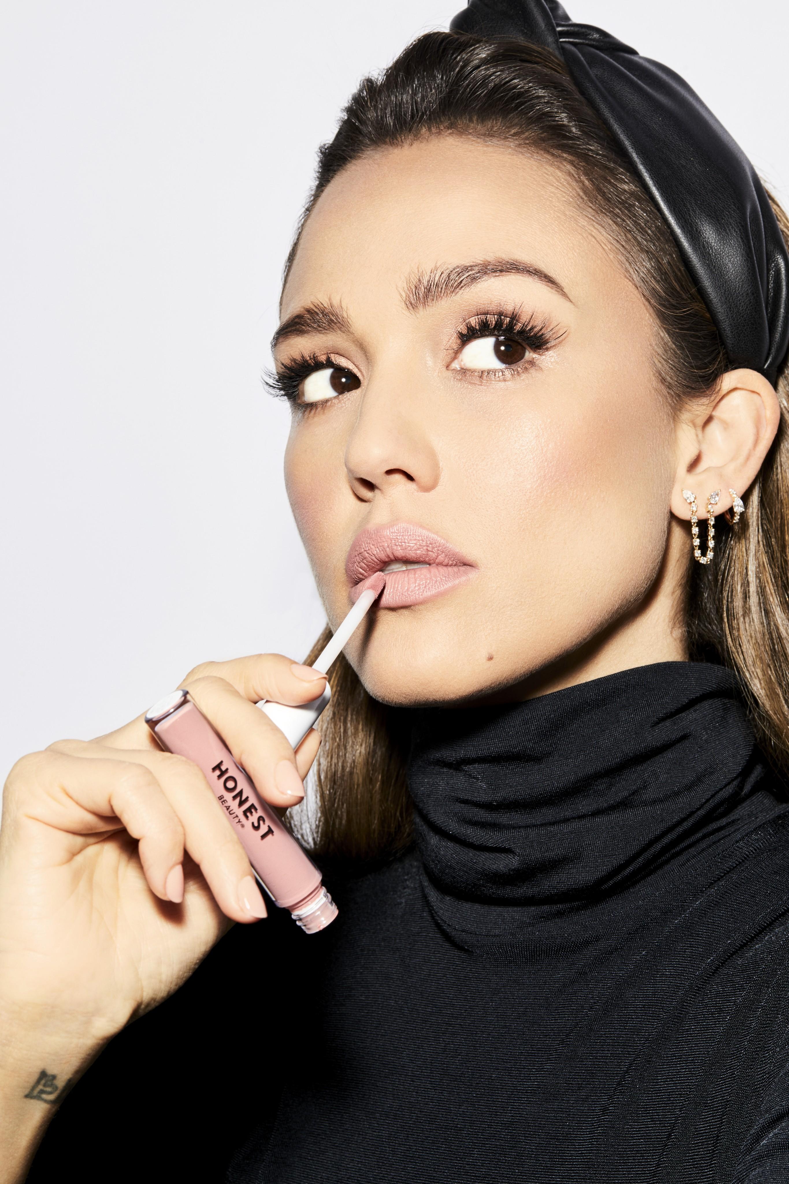 Makeup-beautyvisual-honestbeauty-jessica-alba-liquid-lipstick-offduty-1-1121-Web-Rendition