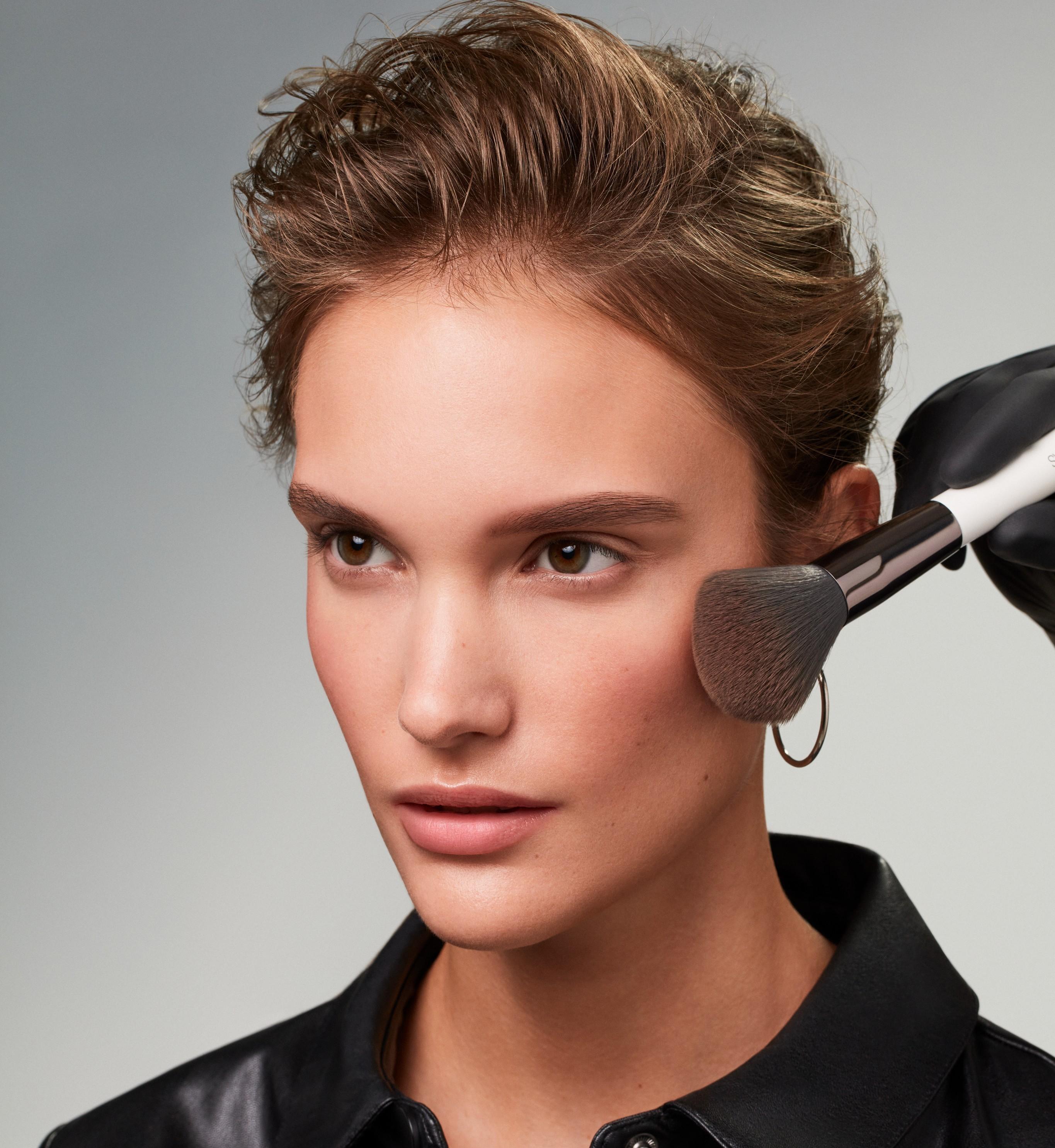 Makeup-application-1-smokey-eyes-062023-Web-RenditionenDJ7aNHVLd77