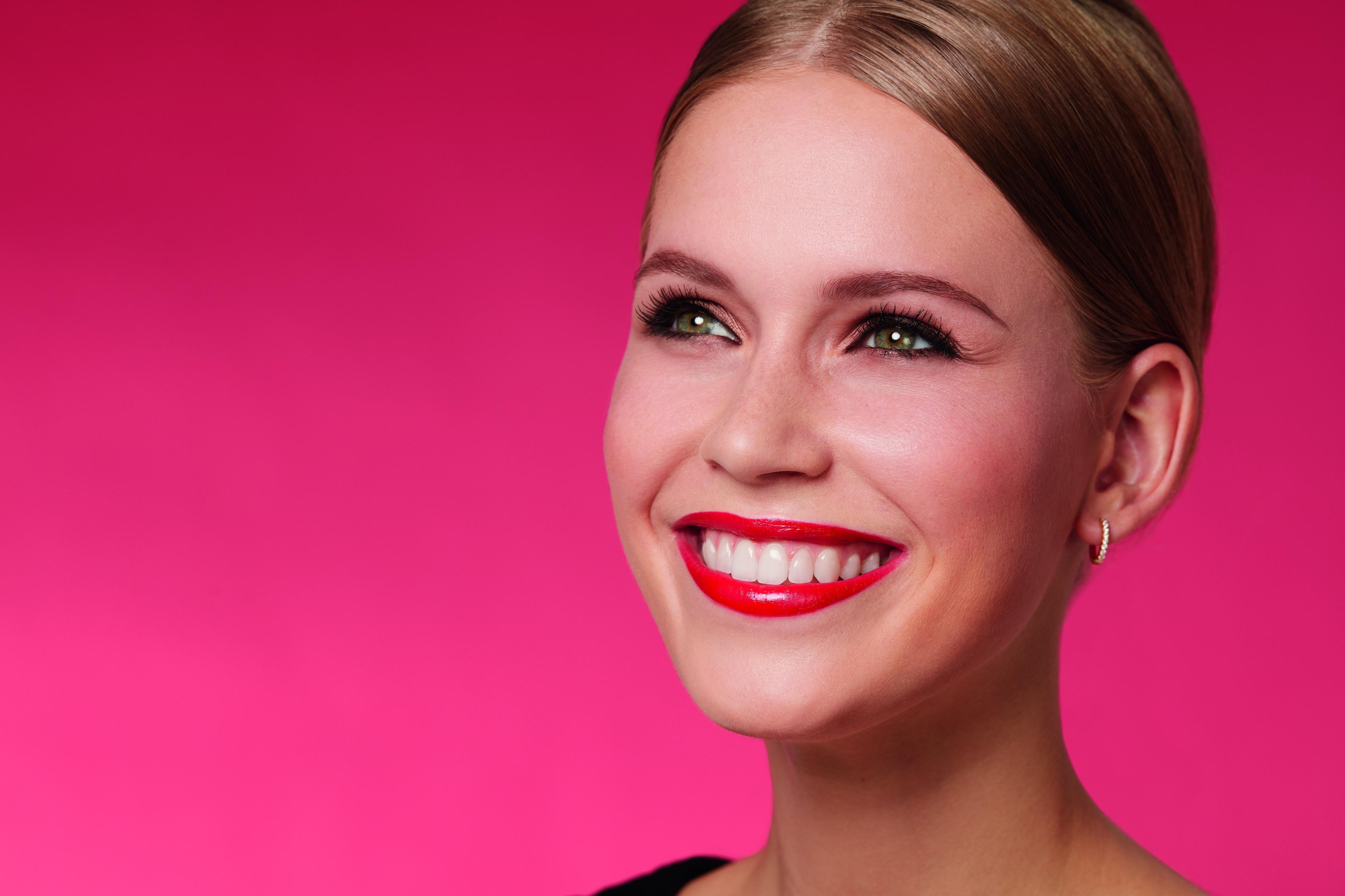 Douglas-collection-makeup-model-red-background-beauty-keyvisual-cmyk-Web-Renditionexe0LQp1U7Vw6
