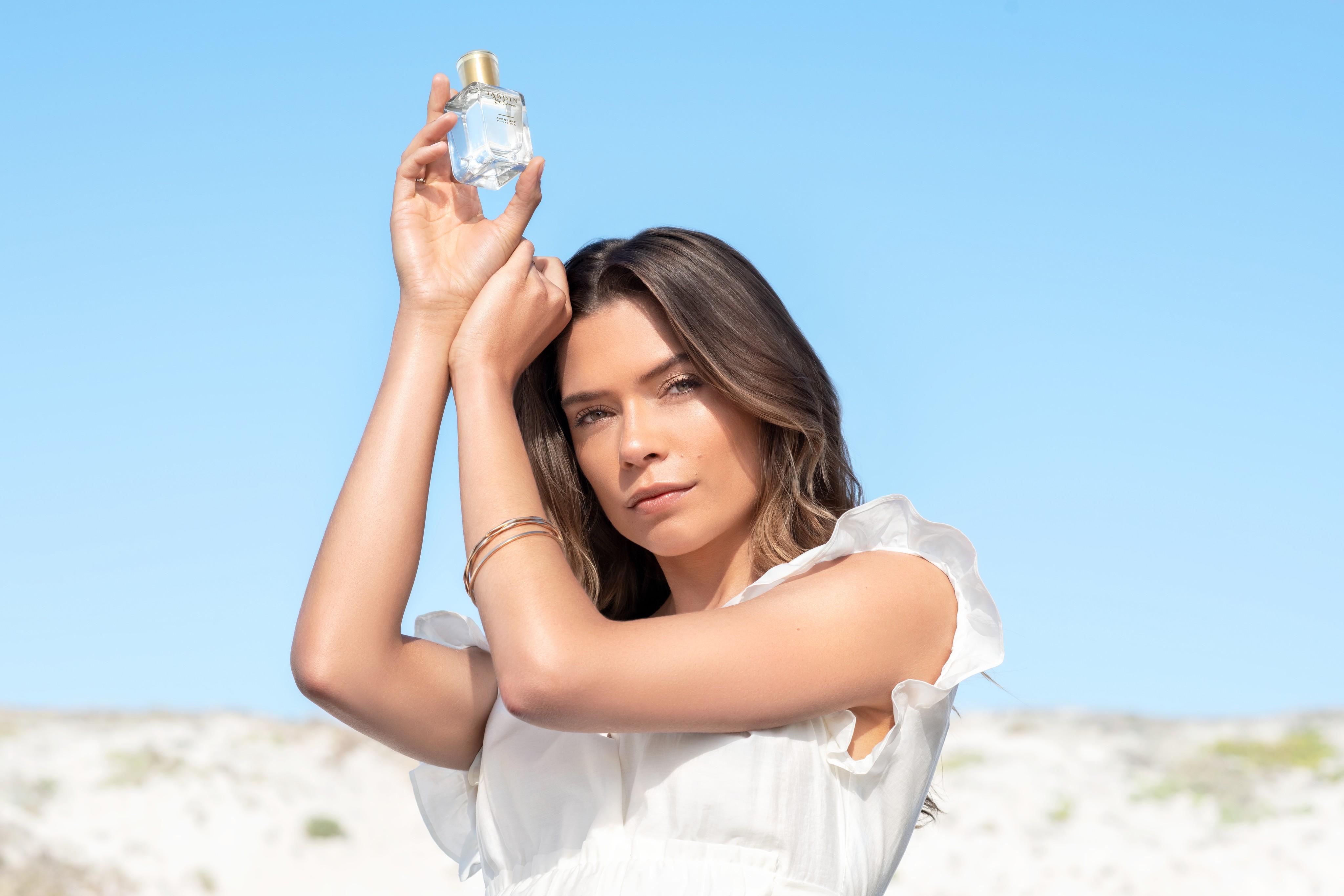 Fragrance-beautyvisual-woman-holding-perfume-bottle-v1-072022-Web-Rendition