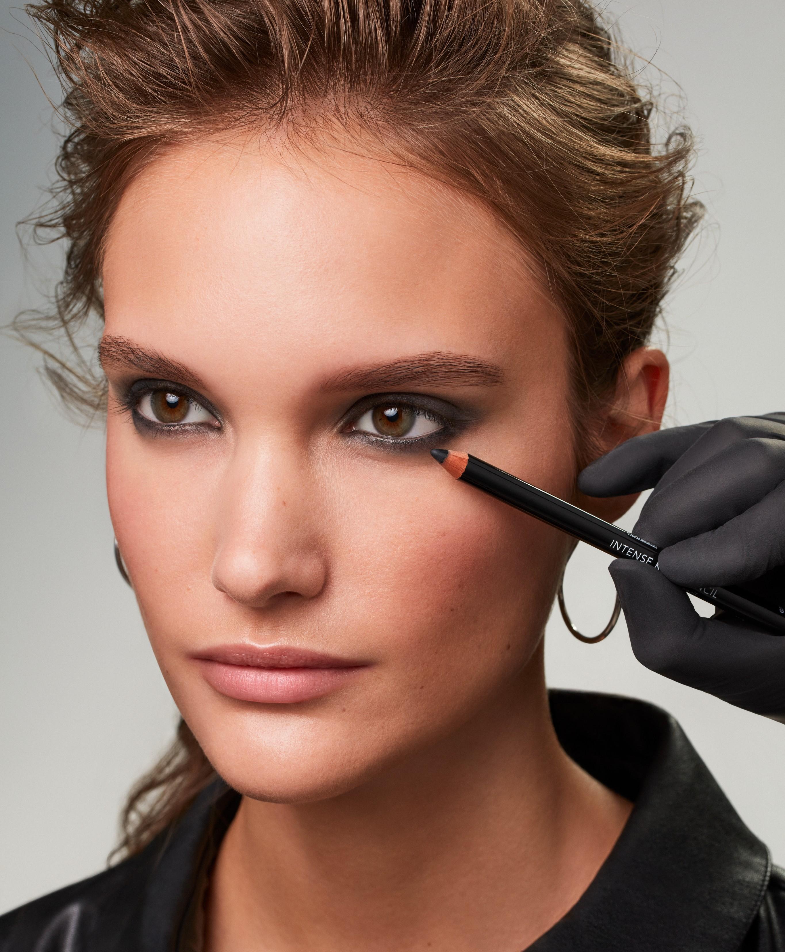 Makeup-application-2-smokey-eyes-062023-Web-Rendition