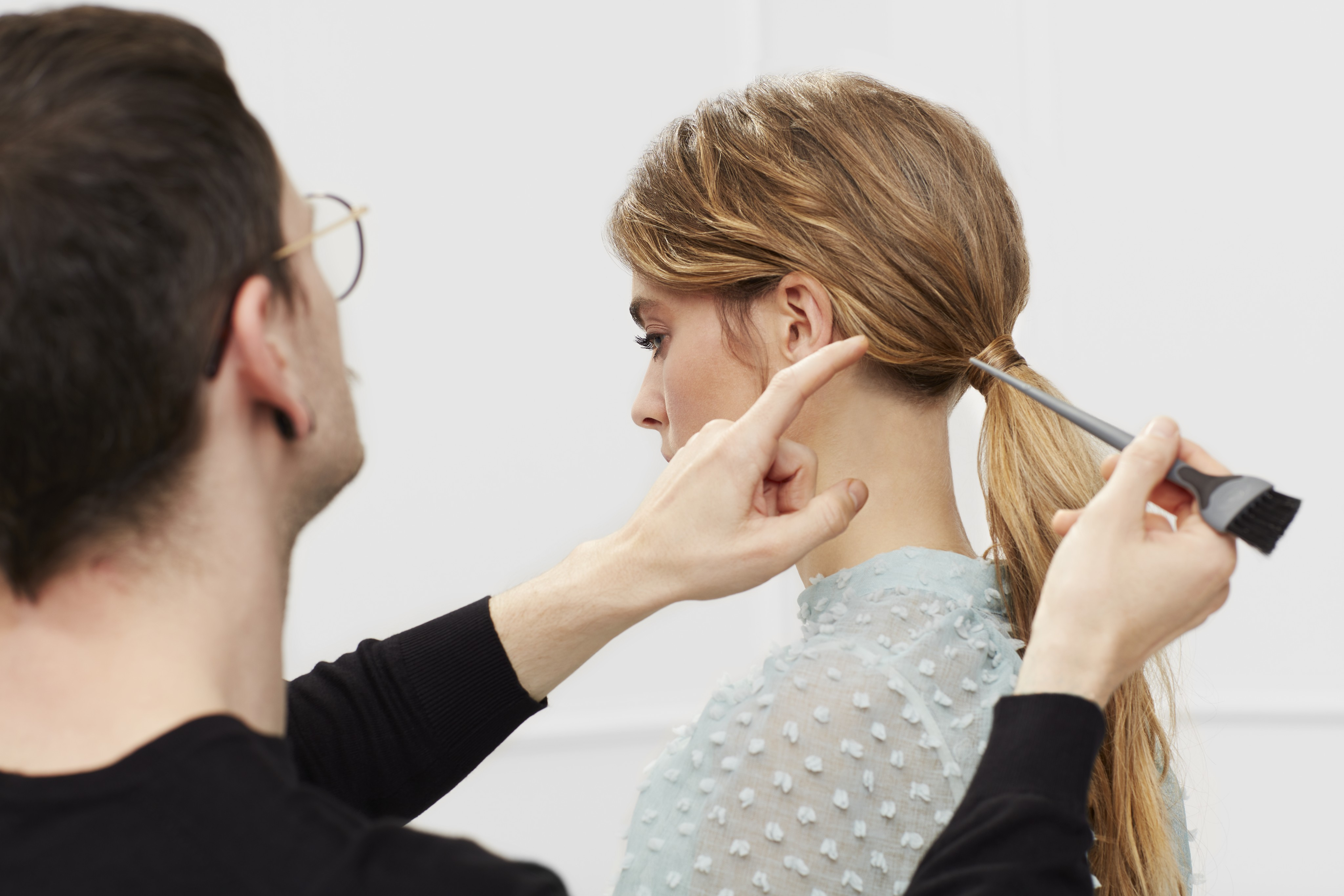 Haircare-application-low-messy-ponytail-look-tutorial-step-5-122021-Web-Rendition