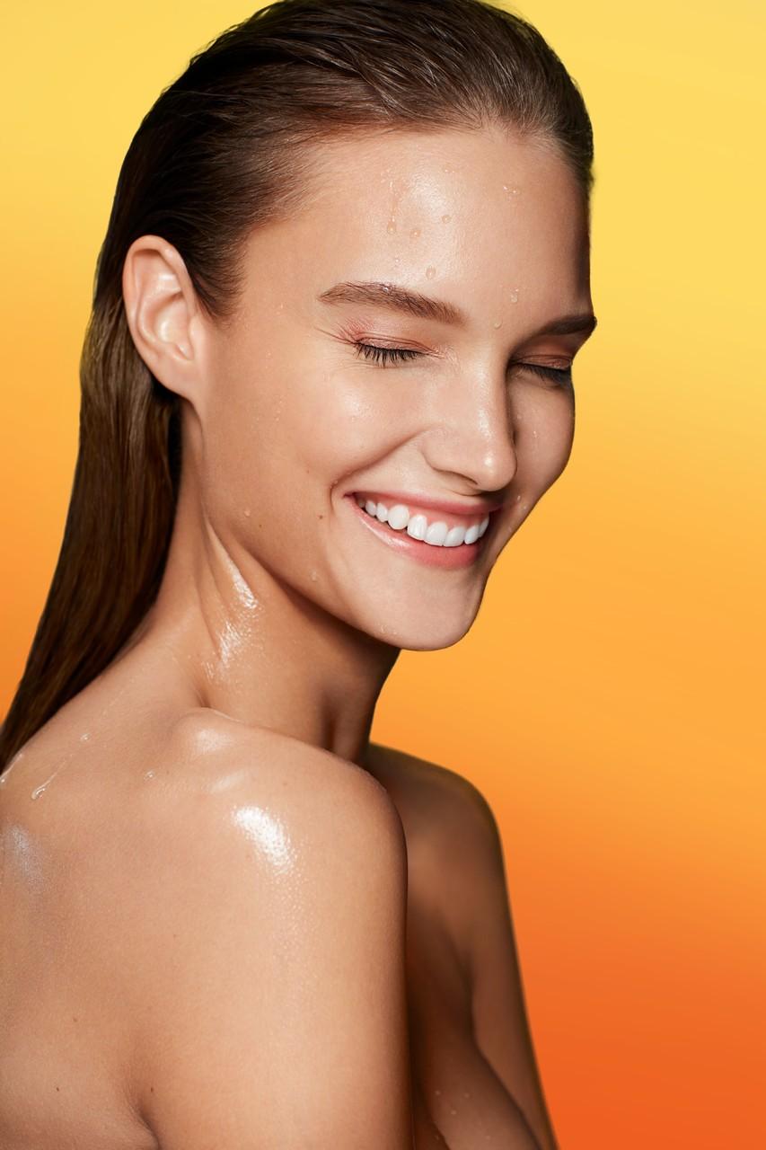 Beautyvisual-prolongsummer-orange-background-smile-wet-hydration-0322-highres-1280-x-1280